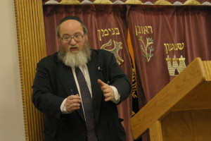 Rabbi Breitowitz giving shiur at Woodside Syangogue.